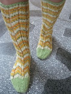 Heivatut kudelmat: Polvekeraitasukat Knitting Socks, Fashion, Knit Socks, Moda, Fashion Styles, Fashion Illustrations