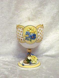 Bougeoir oeuf de nandou avec papier bleu et jaune sculpté de fleurs et accent floral de pâte à pain à la main
