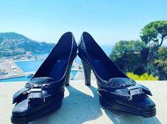 Seconde main de luxe on en parle ? - MireilleOver60 La Vitrine à Nice est un dépôt-vente pas comme les autres. Uniquement des accessoires, principalement des chaussures, très haut de gamme. Remises en état par des professionnels avant d'être proposées à la vente. Concept innovant et unique. On  adhère totalement Ouverture 20 septembre 2020 au 7 rue de Russie Nice, et en ligne. #chaussures #luxe #secondemain #recyclage #antigaspi #stopwaste #upcycling Mode Cool, Totalement, Celine, Unique, Blog, Glass Display Case, Ladies Shoes, Accessories, Russia
