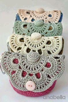 Un petit porte-monnaie au crochet, de réalisation rapide. Facile, comme nous l. Beau Crochet, Crochet Pouch, Crochet Diy, Love Crochet, Crochet Gifts, Beautiful Crochet, Crochet Hooks, Crochet Bags, Crochet Handbags
