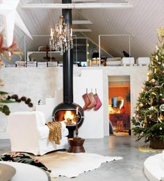 fromscandinaviawithlove: A Christmas home in Sweden. Photo by Peter Carlsson for Hus & Hem. Christmas Living Rooms, Christmas Home, Modern Christmas, Swedish Christmas, Silver Christmas, Scandinavian Christmas, Christmas Design, Scandinavian Style, Simple Christmas