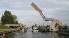 8 puentes móviles que vale la pena conocer.Slauerhoffbrug, Holanda. Inaugurado en el año 2000 en los alrededores de la ciudad holandesa de Leeuwarden, este puente de apenas 15 metros de largo sobre el río Harlinger Vaart es capaz de bascular automáticamente sobre un único pilar como punto de apoyo.