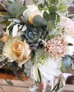 📷 😍 🌸 Merci mme.camille pour cette jolie photographie. Retrouvez les fleuristes créatifs sur www.coleebree.com  #livraison #fleuriste  #bouquet #deco  Le bouquet de Guenola #bouquet #bouquetdemariee #peche #menthe #mint #peach #blush #pastel #fleurpastel #romantique #mariee #fleuriste #mariage #fleuristemariage #bretagne #rennes #regionrennaise #normandie #fleuristeouest #souslesbranchesunefee #camilleaimelesviolettes