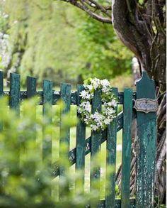 Garden fence in green.