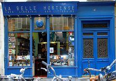 """Sur la devanture de cette drôle d'échoppe l'on peut lire """"Cave, Librairie, Bar Littéraire"""", et La Belle Hortense est bien tout cela à la fois."""