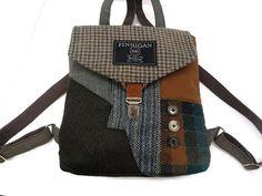 Dieser Rucksack Handtasche ist eine weiche doppelseitige-Tasche aus recycelten Anzug-Jacken. Dies ist die ideale Tasche für Ihren Weg ins Büro machen, oder zu Fuß an den nächsten Kaffee-Shop mit ein paar Freunden zu treffen. Es gibt einen großen Patch Anzug Manteltasche auf der Rückseite, die mit einem Druckknopf schließt. Die Tasche ist mit Köper-Stoff gefüttert, innen hat eine Reißverschluss-Tasche, die für Ihre Schlüssel, Geldbörse, Kugelschreiber und Bleistifte, verwendet werden kann…