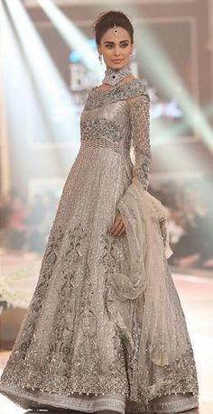 Pakistani wedding outfit, mehreen looks like a princess Pakistani Wedding Dresses, Pakistani Outfits, Indian Dresses, Indian Outfits, Walima Dress, Pakistani Mehndi, Pakistani Clothing, Pakistani Couture, Indian Clothes