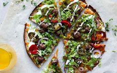 Nem pizza, du kan lave med færdige tortillas - har du tortillaer, salat, ost og kød i køleskabet, kan du have aftensmaden klar på 15 minutter.