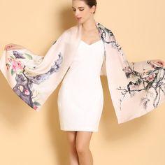 Vkusný a elegantný dámsky hodvábny šál v krémovej farbe