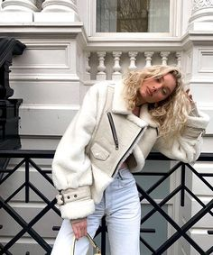 Elsa Hosk wearing a oversized light grey open front leather jacket with a fur fabric, extra long sleeves, wide collar and zip pockets Fall Winter Outfits, Autumn Winter Fashion, Summer Outfits, Look Fashion, Fashion Outfits, Fashion Women, Fashion Clothes, Fashion Ideas, Girl Fashion
