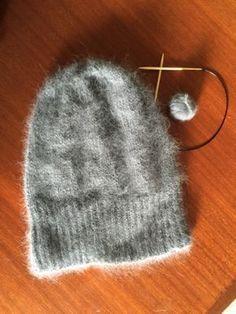 Monet tuntevat Kalastajan vaimon Beanie-myssyn ja sellaisia olenkin tehnyt pari kertaa. Rowan Angora Haze-lanka on tosi ihanan pehmeä. Käytö... Hobbies And Crafts, Arts And Crafts, Small Knitting Projects, Crochet Accessories, Diy Crochet, Diy Projects To Try, Beanie Hats, Mittens, Knitted Hats