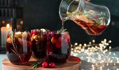 Vánoční punč je spojen s mnoha tradicemi, které zahrnují nejrůznější slavnostní přísady. Zejména na severní polokouli je kladen důraz na zahřívací schopnost nápoje během temných a chladných nocí. Zahřejte se i vy, máme pro vás tři nejlepší recepty. #recept #punc #vanoce #napoj #alkohol #recipe #alcohol #punch Winter Sangria, Winter Cocktails, Winter Drink, Red Cocktails, Cocktail Drinks, Alcoholic Drinks, Drinks Alcohol, Beverages, Cranberry Juice Cocktail