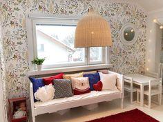 Lastenhuoneen sisustusideana IKEAn rottinkivalaisin Leran ja Sandberg Flora-tapetti. #colorfulchildrensroom #floralwallpaper #sandbergflora #kidsroominspo #childreninspiration #lastenhuone #rottinkilamppu #rattanlamp