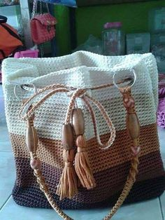 Crochet Handbags - My better half always loves to collect stylish hand bags usually made of leather. They also prove to be pretty expensive for my tiny pocket. But have you ever seen some crochet bags? Free Crochet Bag, Crochet Amigurumi, Crochet Tote, Crochet Handbags, Crochet Purses, Knit Or Crochet, Crochet Gifts, Crochet Baskets, Scarf Crochet