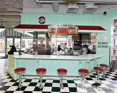 a*may*zing wonder woman: I like Ike's Ice Cream Shop -- they even wear retro hats! 1950 Diner, Vintage Diner, Retro Diner, 50s Diner Kitchen, Deco Restaurant, Restaurant Design, Cafeteria Retro, Vintage Ice Cream, Ice Cream Parlor