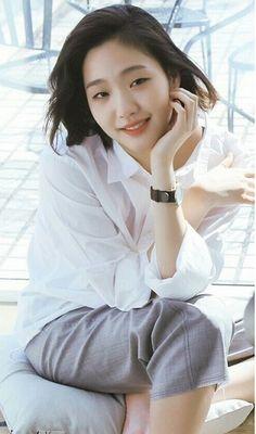 Kim Go-eun adalah seorang aktris dan model Korea Selatan kontemporer yang terkenal. Dia menjadi terkenal dengan penampilannya di film pertamanya, 'A Muse', sementara dia masih menyelesaikan gelarnya di Universitas Seni Nasional Korea.