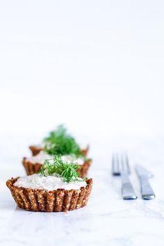 Sunde og lækre tærtebunde lavet med knækbrød uden smør. Fyld tærtebunde med en hurtig og fedtfattig tunmousse og server til frokost eller som en nem forret