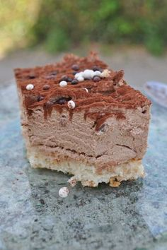 Milchschokolade Schlagsahne auf Mandel Dacquoise - Emma Home Dacquoise, Best Chocolate Cake, Chocolate Cookies, Cupcake Recipes, Dessert Recipes, Chocolat Recipe, Beaux Desserts, Chocolate Whipped Cream, Almond Chocolate