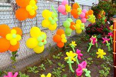 Decoración de exteriores con flores de globos utilizando los de tamaño estándar y los de tubito.