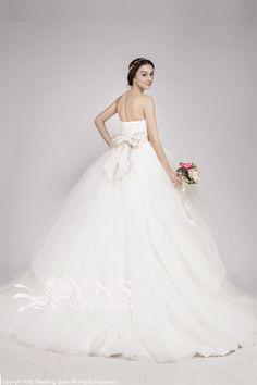 日本のおしゃれ花嫁さんから絶大な人気を誇る*Vera Wang (ヴェラウォン)* の 「バレリーナ」♡ 一度は着てみたい!と憧れるものの、予算の都合で諦めてしまう花嫁さんも多いはず。そこで、注目しておきたいのが《YNSウェディング》☆* なんと、お手頃価格のチュールドレスをたくさん取り揃えているのです♪  La Venir Collection SC16318  ¥89,800(税込:¥96,984)  出典:www.yns-wedding.com  長さの違うチュールが目を惹く[SC16318]** ウエストのリボンは取り外しできるため、お好みのサッシュベルトに変更することも可能だそうです♪  出典:www.yns-wedding.com  長いトレーンがとってもゴージャス!贅沢なボリューム感は、後ろ姿も華やかに演出してくれます♡