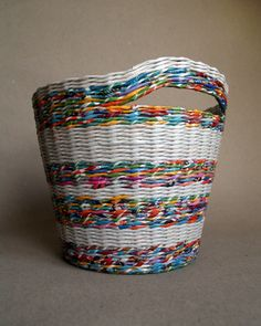 recycled paper basket * BluReco http://blureco.blogspot.co.uk/2013/11/ze-smieci-na-smieci.html