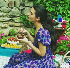 Ömer'in Elif'e bahçede yemek süprizi