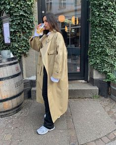 Love this relaxed trench coat for a cool Spring street style outfit idea Fashion Mode, Fashion 2020, Look Fashion, Fashion Styles, Fashion Fashion, Retro Fashion, Mode Outfits, Fall Outfits, Fashion Outfits