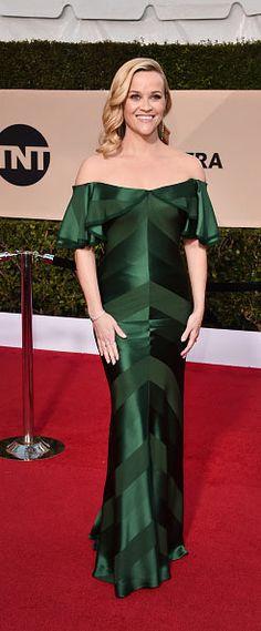Reese Witherspoon en une robe de gala verte longue épaule dénudée pour SAG Awards 2018