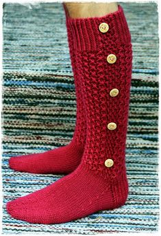 Suvikumpu: Nappivarsisukat - ohje Cable Knit Socks, Crochet Socks, Knitted Slippers, Wool Socks, My Socks, Knit Mittens, Crochet Scarves, Knitting Socks, Knit Crochet
