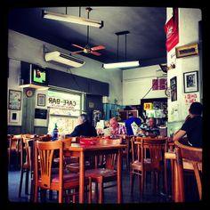 El Varela Varelita es uno de esos tantos bares emblemáticos que encierra la ciudad de Buenos Aires. Ubicado en la tradicional esquina de Scalabrini Ortiz y Paraguay, se ha mantenido con el paso del tiempo en lugar obligado de encuentro para vecinos y convertido en un clásico…   Buenos Aires está lleno de bares y cafés, de la más diversa variedad, especialidades y estilos. Pero para los cliente habituales del Varela Varelita, en el barrio de Palermo, no hay otro bar como el. Sus mesas han…