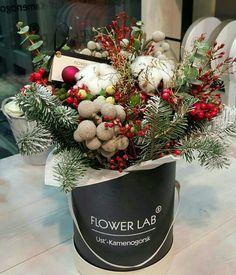 Christmas Flower Arrangements, Christmas Flowers, Natural Christmas, Christmas Holidays, Christmas Wreaths, Christmas Crafts, Handmade Christmas Decorations, Xmas Decorations, Flower Decorations