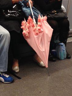 ombrello rosa fiorato avvistato in metro