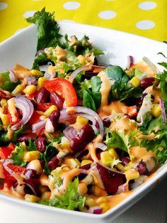 Bardzo prosta i szybka w przygotowaniu sałatka, z czerwoną fasolą, na bukiecie mieszanki sałat, z kukurydzą, papryką i czerwoną cebulą. Ładna, kolorowa, zdrowa sałatka. Raw Food Recipes, Sauce Recipes, Cooking Recipes, Healthy Recipes, Healthy Snacks, Healthy Eating, Pasta Salad, Side Dishes, Food And Drink