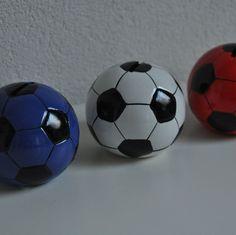 Voor de voetballers een echte voetbal als spaarpot. Een decoratieve accessoires voor een kinderkamer, super voor een jongen maar ook de voetbalmeiden worden hie
