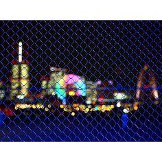 Instagram【tokyoyakei】さんの写真をピンしています。 《大桟橋からみなとみらい 大桟橋にある金網越しのみなとみらい21の夜景です。 #横浜 #大桟橋 #みなとみらい21 #観覧車 #夜景 #夜景写真》