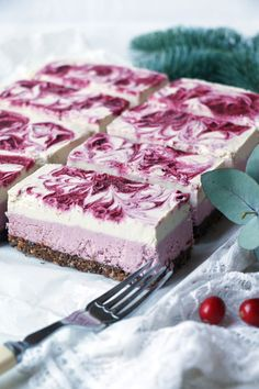 Absolutely delicious festive raw vegan cheesecake with colourful layers and beautiful cranberry swirl. Healthy Cheesecake Recipes, Raw Vegan Cheesecake, Cranberry Cheesecake, Vegan Cake, Raw Food Recipes, Cheesecake Desserts, Vegan Food, Vegetarian Recipes, Healthy Recipes