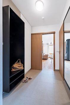 Nezbytné úložné prostory poskytuje i chodba.