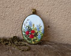 Embroidered Red roses necklace. Retro, vintage style pendant. Gift for her to look like Vintage. Antique. Needlework. This pendant is hand embroidered. Ready for shipment.  Pendant size: 50x32mm / 1,97x1,26 Chain Length: 70 cm / 27,56 (default, I can change the length of the chain) Clasp: Lobster  Surface of embroidery is protected from moisture and dirt by professional impregnate.   Every time I make embroidered jewerly, I fully engage myself. For every single embroidery i spent ma...