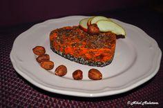 Raw makovo-mrkvový mini koláč, spodní vrstva - mletý mák, kokos, med horní vrstva - mrkev, jabko, chia