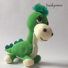 My daughter didn't want a crocheted dino. But she changed her mind when she saw the result! Each night he's sleeping in her bed and he's been on many roadtrips. I'd like to share my 'crochet pattern dinosaur' with you! Crochet Dinosaur, Dinosaur Toys, Knitted Dolls, Crochet Dolls, Knitted Teddy Bear, Baby Dragon, Cat Crafts, Pet Toys, Doll Toys