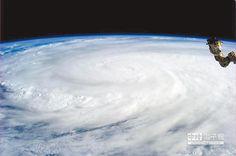 【氣候劇變 中印等國將缺水、糧】 這是2013年對菲律賓造成毀滅性災難的「海燕」颱風雲圖,此類致命的風災可能受氣候變化影響而增強。(美聯社)
