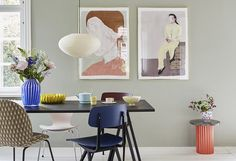 Har du svært ved at finde ud af, hvordan du skal gribe farve Living Room Designs, Living Room Decor, Masculine Living Rooms, Blue Painted Walls, Pink Home Decor, Bedroom Pictures, Dining Room Inspiration, Decoration, Colorful Interiors