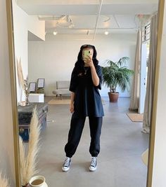 Black Tshirt Outfit, Black Joggers Outfit, Black Converse Outfits, Oversized Shirt Outfit, Cute Sweatpants Outfit, Cute Lazy Outfits, Trendy Outfits, Fashion Outfits, Urban Lifestyle