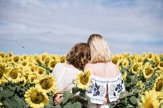 Flowers and Friends Teen Fashion Photography, Autumn Photography, Girl Photography, Sunflower Field Pictures, Sunflower Field Photography, Friendship Photoshoot, Friendship Photography, Sister Poses, Best Friends Shoot