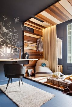 The wood structure going from the floor to the ceiling clearly creates a different space inseide this bedroom. The different sizes and colour of the wood stripes make them more dynamic, and fun.