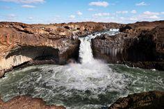 Dettifoss en Islande  est l'une des plus puissantes chutes d'eau d'Europe
