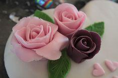 Si vous aussi, vous voulez faire de jolies roses en pâte à sucre... Voici comment j'ai procédé ... C'est la première fois que j'utilise de la pâte à sucre.. je ne suis pas une pro de la pâte à sucre... mais je suis plutôt contente de ces premières fleurs...
