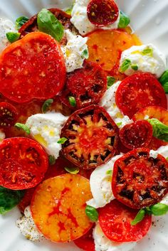 This beautiful Caprese salad tastes as great as it looks! It's an easy statement salad for parties or regular weeknights. #capresesalad #summersalad #tomatorecipe