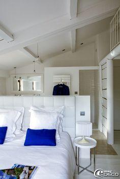 Chambre - éventuelle séparation entre le dressing et la pièce de nuit. Chambre de la maison d'hôtes de charme 'La Bergerie de Nano' dans le Vaucluse