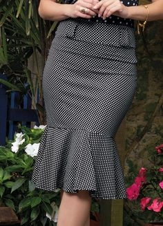Saia Midi Sino Moda Evangélica Poá - Posthaus Skirt Outfits, Chic Outfits, Elegant Dresses Classy, Checkered Skirt, Special Dresses, Dressy Tops, African Dress, Long Tops, African Fashion